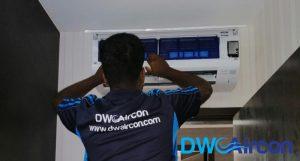 ac-technician-fixing-aircon-gas-top-up-dw-aircon-singapore