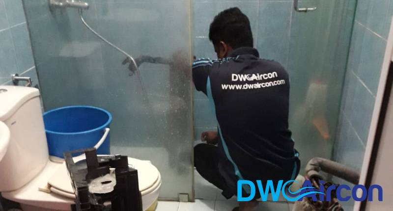 ac-technician-performing-aircon-chemical-overhaul-dw-aircon-singapore_featured