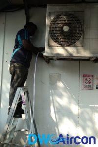 aircon-technician-conducting-aircon-gas-top-up-dw-aircon-singapore