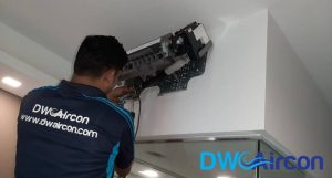 technician-doing-repairs-aircon-light-blinking-dw-aircon-singapore_featured
