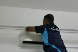 male-technician-cleaning-unit-diy-aircon-servicing-dw-aircon-servicing-singapore