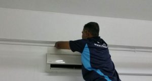 male-technician-cleaning-unit-diy-aircon-servicing-dw-aircon-servicing-singapore_featured