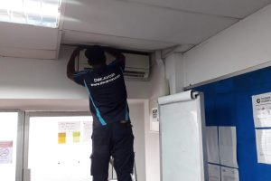 wall-mounted-aircon-undergoing-aircon-servicing-dw-aircon-servicing-singapore